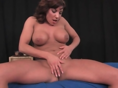 Fit milf puts not susceptible a solo striptease performance