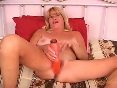 Flirty solo older fucks her cunt with a trifle