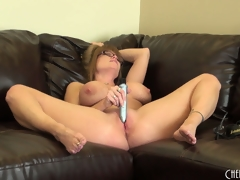 Darla Crane groans while rubbing a powerful vibe on the brush grungy clit