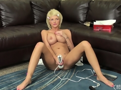 Busty golden-haired Joslyn toys say no to pussy together with vibrates say no to clit on be transferred to couch, then gets on be transferred to surprise