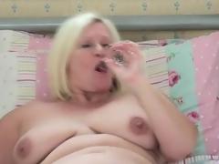 Chubby solo mom cutie masturbates in daybed