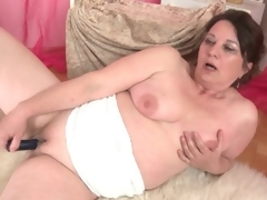 Curvy mature bonks their way shaved pussy thither a toy